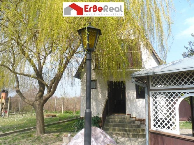 Predaj útulnej murovanej chatky pri sútoku Čiernej vody a malého Dunaja