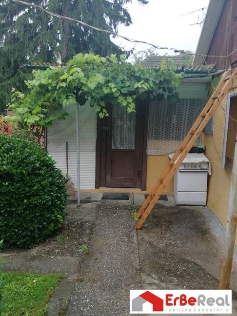 Predaj chaty na pozemku 811  m2 pri sútoku  Čiernej vody a malého Dunaja.