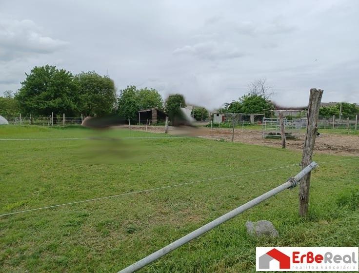 Predaj pozemku v obci Váhovce – výmera 1241 m2.