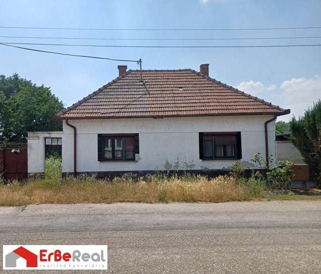 Predaj staršieho 4 izbového rodinného domu na pozemku 995 m2 v obci Čierna Voda.